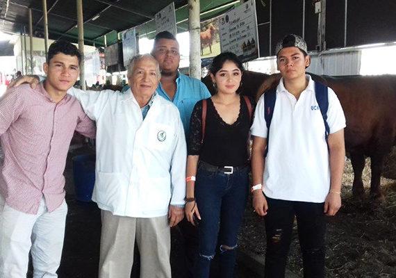 """Participación de estudiantes de Medicina Veterinaria en la conferencia de """"Sanidad Animal"""", en el parque de Feria EXPICA"""